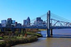 Skyline de Louisville, Kentucky com John F Kennedy Bridge fotos de stock royalty free