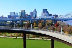Skyline de Louisville, Kentucky com a passagem pedestre na parte dianteira imagens de stock royalty free
