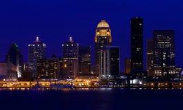 Skyline de Louisville, Kentucky na noite fotos de stock