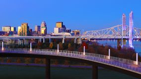 Skyline de Louisville, Kentucky no crepúsculo imagens de stock royalty free