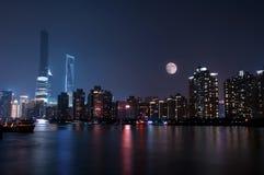 Skyline de Lujiazui na noite Imagens de Stock Royalty Free