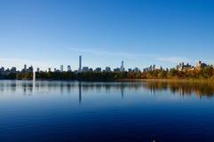 Skyline de Manhattan como visto do reservatório do Central Park Imagem de Stock Royalty Free