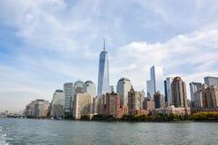 Skyline de Manhattan da água foto de stock royalty free
