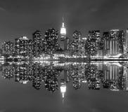 Skyline de Manhattan do Midtown na noite fotografia de stock royalty free