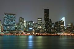 A skyline de Manhattan do Midtown na noite ilumina-se, NYC Fotos de Stock