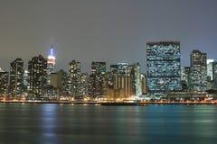 A skyline de Manhattan do Midtown na noite ilumina-se, NYC foto de stock royalty free