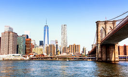A skyline de Manhattan e da ponte de Brooklyn, vendo de uma balsa no Rio Hudson Fotografia de Stock Royalty Free