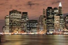 Skyline de Manhattan em Nigh Foto de Stock