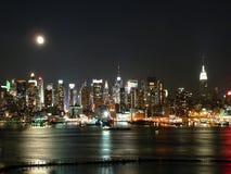 Skyline de Manhattan na noite Imagens de Stock