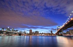 Skyline de Manhattan no crepúsculo fotografia de stock royalty free