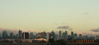 A skyline de Manila no pôr do sol fotos de stock