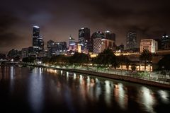 Skyline de Melbourne ao longo do rio de Yarra no crepúsculo Fotografia de Stock