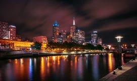 Skyline de Melbourne ao longo do rio de Yarra no crepúsculo Fotografia de Stock Royalty Free