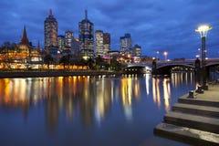 Skyline de Melbourne, Austrália na noite Imagens de Stock Royalty Free