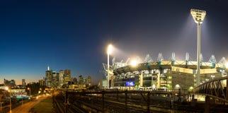 A skyline de Melbourne e o grilo de Melbourne moeram no sunse fotografia de stock