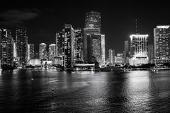Skyline de Miami, Florida, EUA na baía de Biscayne Conceito da vida de Luxuru vista de incandescência de Miami do centro imagem de stock