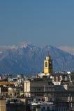 Skyline de Milão com alpes imagens de stock royalty free