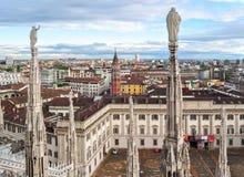Skyline de Milão da parte superior de Milan Cathedral, Itália foto de stock