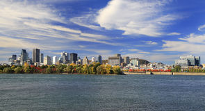 Skyline de Montreal e St Lawrence River no outono, Quebeque Foto de Stock