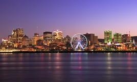 Skyline de Montreal no crepúsculo e no St Lawrence River imagem de stock