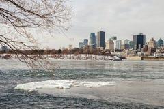 Skyline de Montreal no inverno de imagem de stock