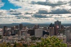 Skyline de Montreal - os arranha-céus do distrito financeiro na cor fotografia de stock