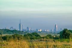 Skyline de Nairobi tomada de parque nacional vizinho, Kenya imagens de stock