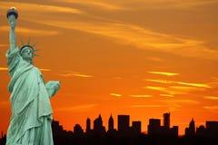 Skyline de New York City e a estátua de liberdade Fotografia de Stock