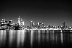 Skyline de New York City em a noite Opinião de Manhattan Imagens de Stock Royalty Free