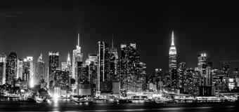 Skyline de New York City na noite fotos de stock