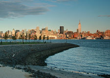 Skyline de New York City no crepúsculo de Hoboken, NJ Foto de Stock Royalty Free