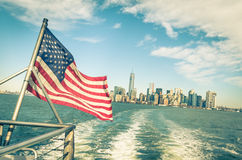 Skyline de New York e de Manhattan e bandeira americana Fotos de Stock
