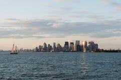 Skyline de New York Manhattan da baía imediatamente antes do por do sol Imagem de Stock