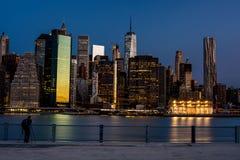 Skyline de New York na noite com fotógrafo Fotografia de Stock Royalty Free