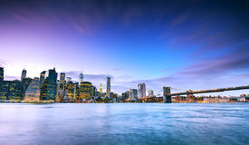 Skyline de New York no crepúsculo Fotos de Stock Royalty Free