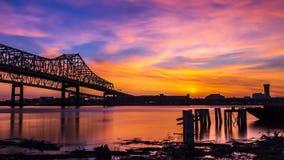 Skyline de Nova Orleães sobre o rio Mississípi imagens de stock