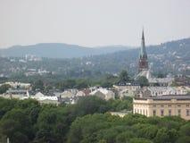 Skyline de Oslo com igreja e montes de Kampen foto de stock royalty free