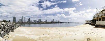 Skyline de Panamá da praia foto de stock royalty free