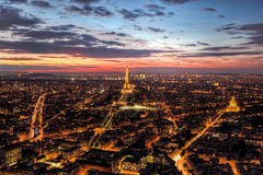 Skyline de Paris, França, panorama no por do sol, noite nova Torre Eiffel Foto de Stock