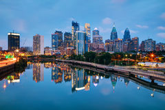 Skyline de Philadelphfia na noite fotos de stock royalty free