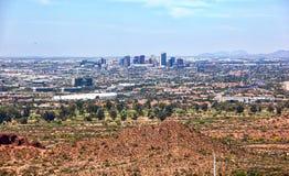 Skyline de Phoenix de cima do parque de Papago imagens de stock