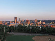 Skyline de Pittsburgh no por do sol Fotografia de Stock