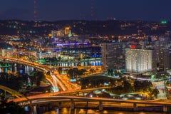 Skyline de Pittsburgh, Pensilvânia da montagem Washington em Nig Imagens de Stock Royalty Free