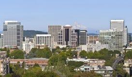 Skyline de Portland Oregon com capa do Mt. Imagens de Stock Royalty Free