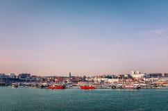 A skyline de Ramsgate e o porto real em Kent Reino Unido como visto do braço do porto foto de stock royalty free