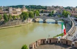 Skyline de Roma como visto de Castel Sant 'Angelo em uma tarde ensolarada do verão foto de stock