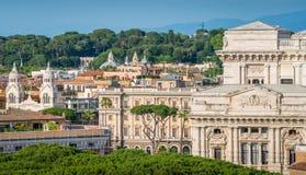 Skyline de Roma como visto do ` Angelo de Castel Sant, com o palácio da corte suprema no direito e o terraço de Pincio no fundo fotografia de stock