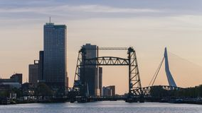 Skyline de Rotterdam com Erasmus Bridge e o Kop camionete Zuid, Países Baixos imagens de stock royalty free