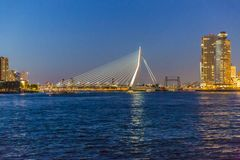 Skyline de Rotterdam na noite com a ponte do Erasmus na Holanda holandesa fotografia de stock