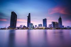 Skyline de Saigon com rio, Vietname Foto de Stock